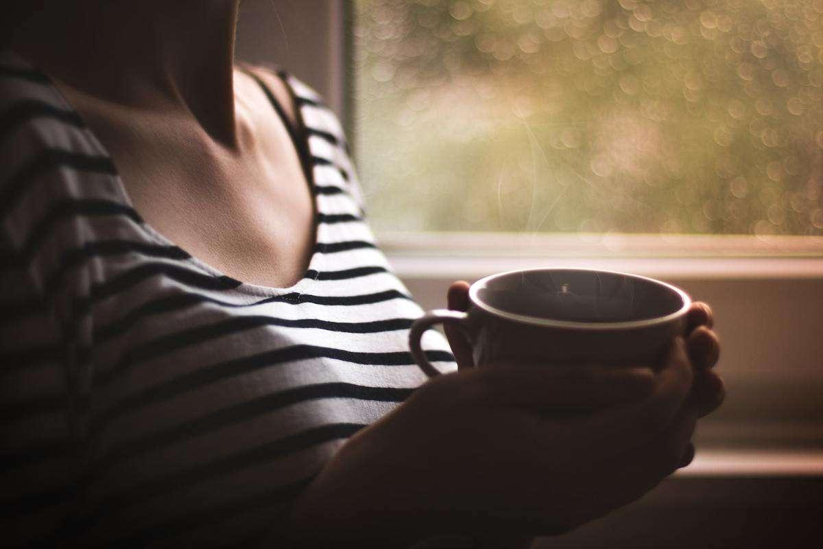 Testo Alternativo Per Ottimizzazione Seo Immagini Donna Tazza Caffe